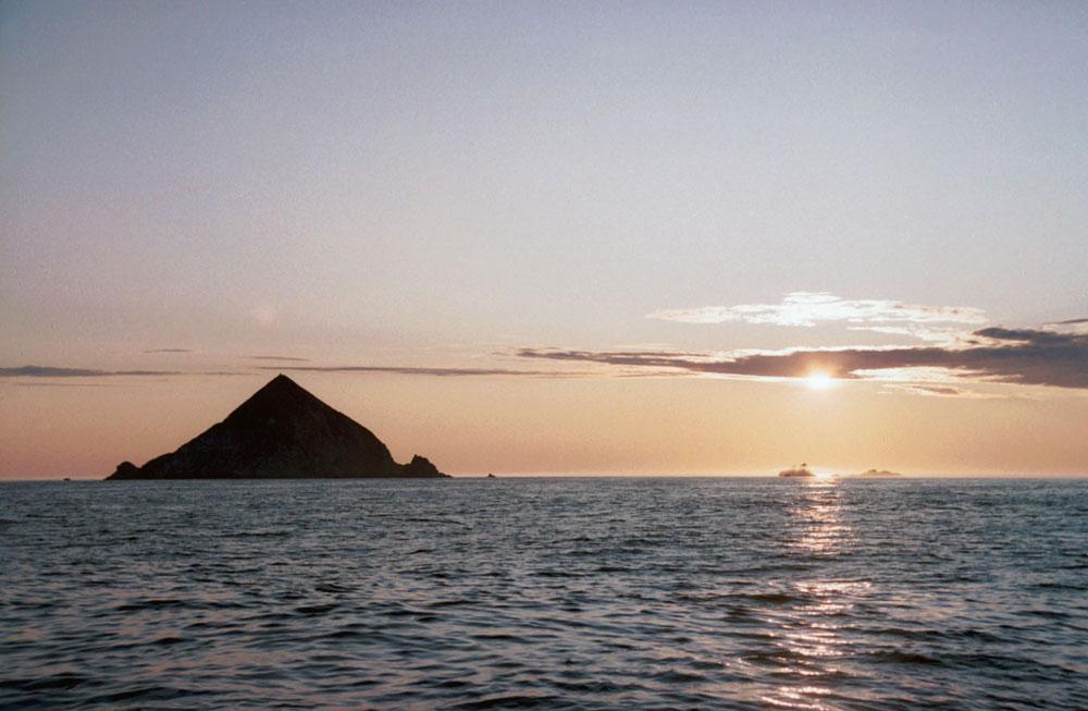 Купасто Јонино острво (названо тако по руском светитељу св. Јони) лежи у леденим водама Охотског мора и одликују га 300 метара високе оштре литице. Према томе, оно готово сигурно неће привући чак ни људе којима удобности цивилизације нису најважнија ствар у животу. Ипак, авантуристи могу да уживају у нетакнутој природи овог комада земље површине 1,5 квадратних километара, удаљеног 230 километара североисточно од копна. Највеће тамошње атракције су аутоматска метеоролошка станица, колонија птица и станиште Штелерових морских лавова.