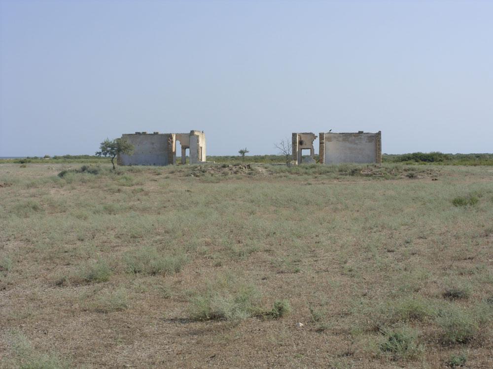 Острво фока у Каспијском мору идеално је место за снимање хорор филмова. У црној степи стоје остаци школе и бродоградилишта, а ту су и старо гробље и светионик. Острво је удаљено 47 километара од дагестанске обале и на њему је некада постојало насеље, али је напуштено током педесетих година. Разлог је заборављен, а највероватније је да се то десило због велике поплаве.