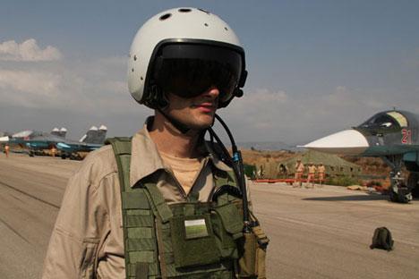 """Un pilota russo nella base aerea di """"Hmeymim"""" in Siria"""