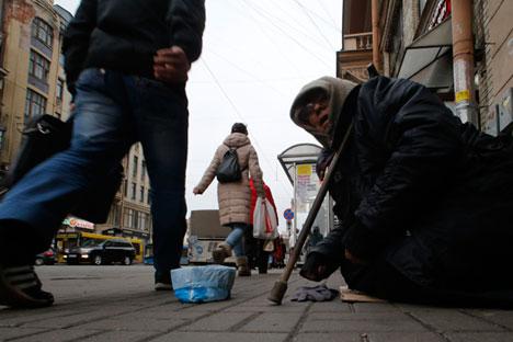 Une mendiante dans une rue de Saint-Pétersbourg. Le 14 novembre 2014.