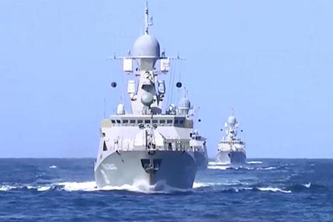 Russie, le 7 octobre 2015. Les bâtiments de la flotte russe tirent des missiles de croisière Kalibr depuis la mer Caspienne contre les positions de l'organisation extrémiste Etat islamique (EI) en Syrie.