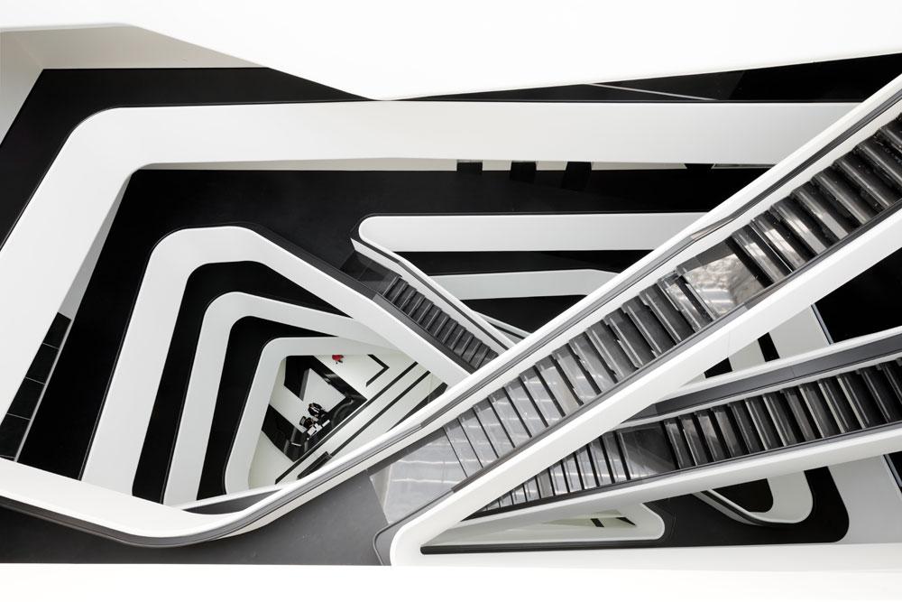 Les balustrades des cages d'escalier et des balcons de l'atrium sont faits en béton fibré. Plus léger que le béton ordinaire, il rend possible les éléments asymétriques complexes qu'affectionne tant Zaha Hadid.