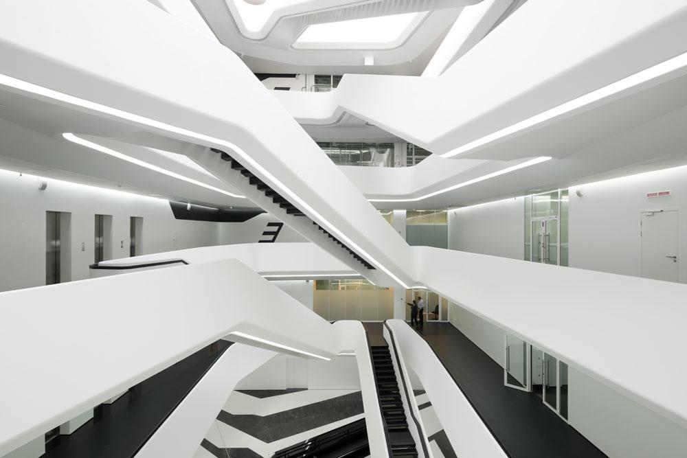 Le concept de Hadid était de créer un bâtiment constitué d'une série de plans empilés verticalement et décalés à chaque niveau. Il a été totalement respecté : le niveau le plus décalé, le cinquième étage, a une section protubérante de huit mètres de long sans support.