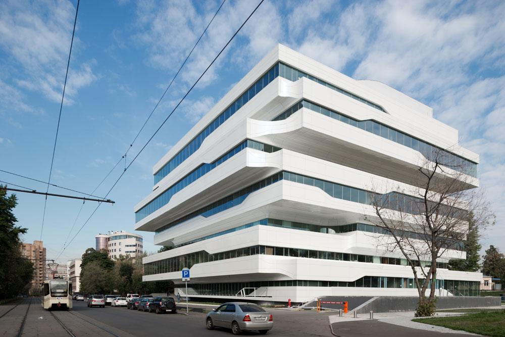 La Tour Dominion, le nouveau projet russe du célèbre architecte britannique Zaha Hadid, a ouvert ses portes au sud-est de Moscou. Il s'agit de la seconde création russe de Hadid après une luxueuse résidence privée construite en 2012 pour l'oligarque russe Vladislav Doronine dans les environs de Moscou.