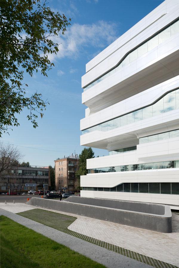 Bien que le bâtiment soit innovant, il est entouré d'architecture des ères stalinienne et khrouchtchevienne. Ce contraste faisait partie du concept de la tour.
