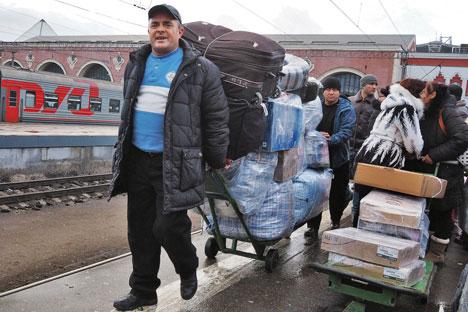 Des migrants à la gare de Kazan (Tatarstan).