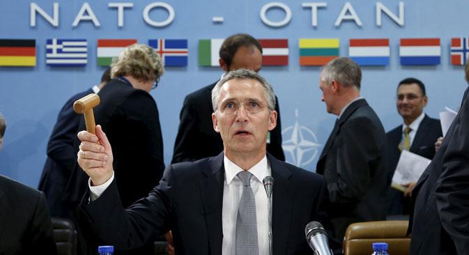 Sekretaris Jenderal NATO Jens Stoltenberg memimpin pertemuan para menteri pertahanan NATO di Brussels, Belgia, 8 Oktober 2015. NATO mengatakan pihaknya siap untuk mengirim pasukan ke Turki untuk membela sekutunya setelah pelanggaran wilayah udara Turki oleh jet Rusia yang mengebom Suriah, sementara Inggris menuduh Moskow telah memperparah perang saudara yang telah menewaskan 250.000 orang.