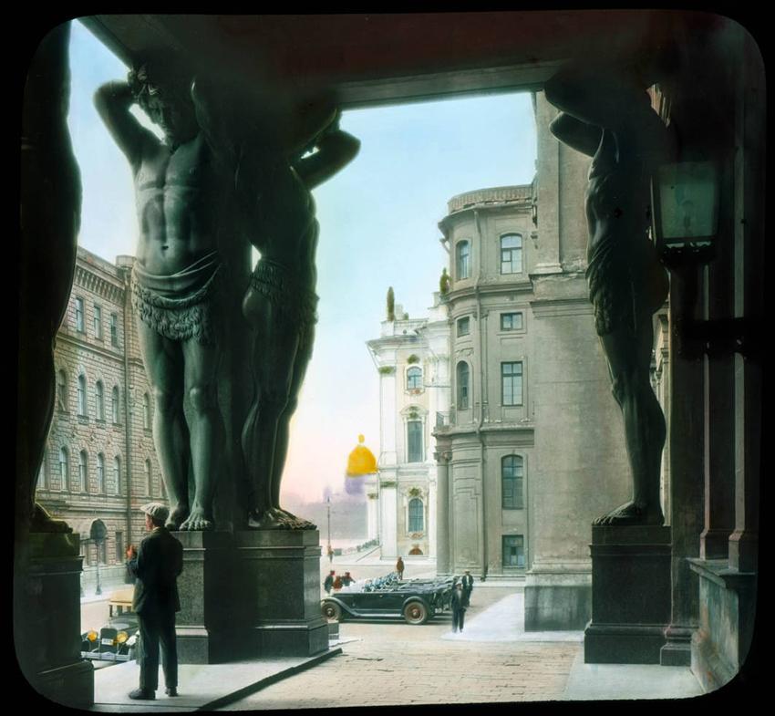 Stebrišče in pogled na Atlantes ter Ermitaž v Leningradu, 1931.