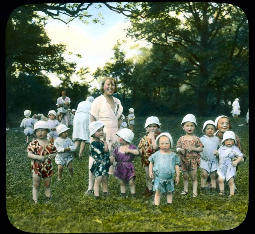 Skupina otrok z učiteljico v mestu Puškin, 1931.