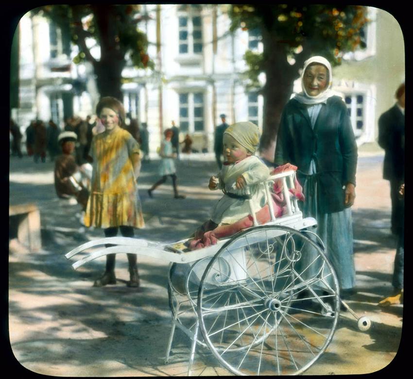 Branson DeCou se je rodil 20. oktobra 1892 v Philadelphiji v ZDA. Med svojim študijem na tehnološkem inštitutu Stevens Institute of Technology se je navdušil za fotografijo. / Na sliki: Otrok v vozičku, park pri palači Peterhof, 1931.