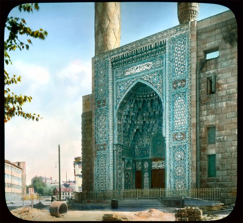 Med leti 1921 in 1941 je DeCou prepotoval ves svet ter ustvaril okoli 8000 fotografij na steklu. Fotografiral ni samo zgodovinskih spomenikov, ampak tudi vsakdanje življenje obiskanih krajev. / Na sliki: Glavna mošeja v Leningradu, 1931.