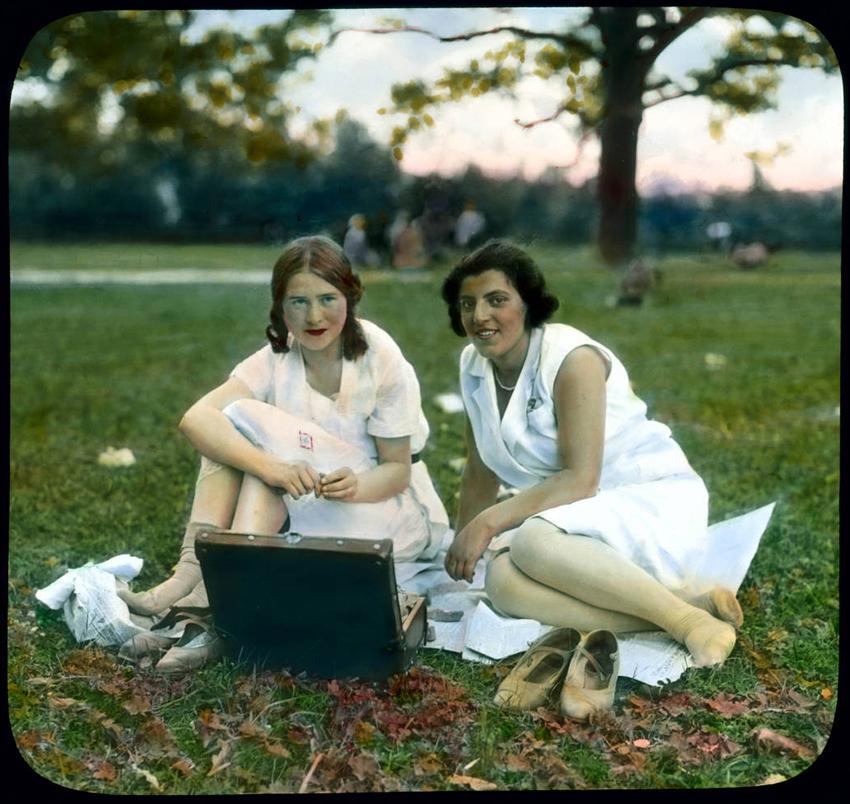 Mladi ženski v parku pri Katarinini palači v mestu Puškin (nekoč Carsko selo), 24km iz Leningrada, 1931.