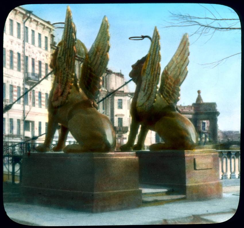 Vsakemu »potologu« je dodal okoli 150 ročno pobarvanih diapozitivov in slik, ki so bile sinhonizirane z glasbo. Svoje predstave je imenoval za »sanjske slike« in jih oglaševal kot »fascinatno novo obliko zabave«. / Na sliki: Spomeniki grifinov na Bančnem mostu v Leningradu, 1931.