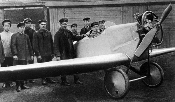 Tupolev (centro) ao lado de seu primeiro avião, em1923