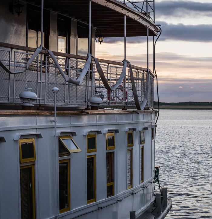 Dok krstari rijekom Sjeverna Dvina u blizini Arhangelska, grada na obali Bijelog mora, parobrod podsjeća na stara vremena prije Oktobarske revolucije.
