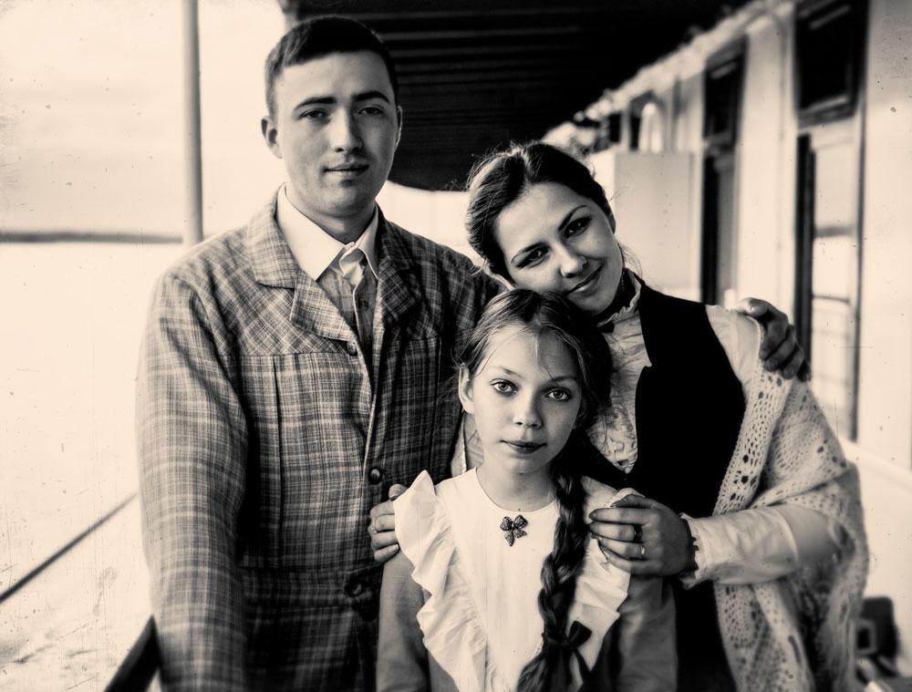 На фотографиите има модели кои претставуваат луѓе и ситуации од летото 1914 година, неколку месеци пред Првата светска војна. На сликата: Олег Волгин, Полина Коломина и Елена Чивиксина.
