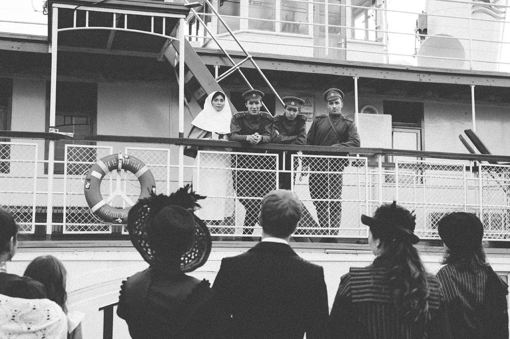 Brod je nazvan po čuvenom piscu Nikolaju Vasiljeviču Gogolju i ovog ljeta jedne noći pretvoren je u pravi vremeplov. Lokalni zaljubljenici u povijesne rekonstrukcije organizirali su fotografsko snimanje u starinskom stilu na palubi ovog veterana.Sudionici rekonstrukcije (slijeva nadesno): Jana Kolomina, Kiril Kuzovljev, Semjon Alferov i Oleg Volgin.