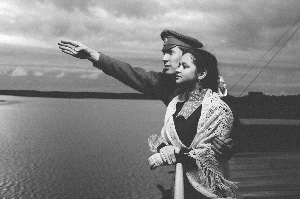 """""""N. V. Gogolj"""" je najstariji putnički brod u Rusiji. """"Odiše duhom predivnog doba prije Prvog svjetskog rata i pojave televizije. Za mene ovo nije samo parobrod, već i odraz hrabrog, lijepog i mladog svijeta punog nade"""", kaže Aleksandar Malafejevski, jedan od fotografa koji su sudjelovali u snimanju.Na slici: Elena Zubareva i Semjon Alfjorov."""