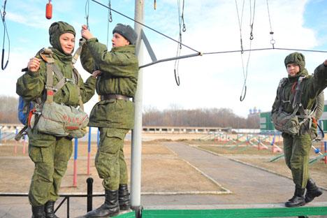 No Exército russo, por exemplo, mulheres não podem ser tanquistas