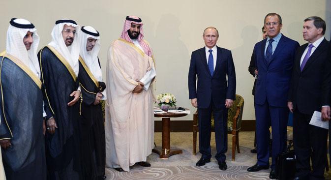 Menteri Pertahanan Arab Pangeran Muhammad bin Salman (keempat dari kiri), Presiden Rusia Vladimir Putin (ketiga dari kanan), Menteri Luar Negeri Sergei Lavrov, dan Penasihat Kepresidenan Yuri Ushakov (kanan) selama pertemuan di Sochi, Rusia, 11 Oktober 2015.