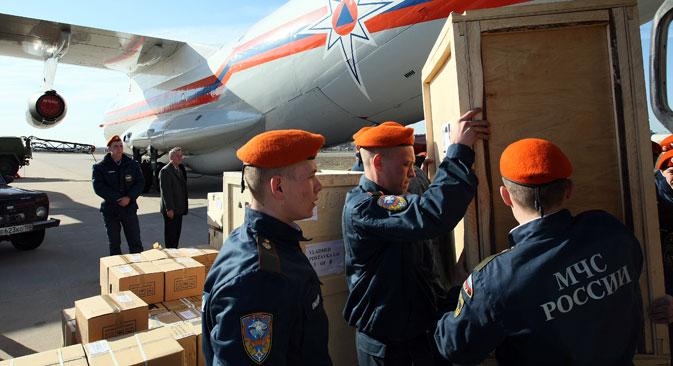 Para personel dari Kementerian Situasi Darurat Rusia memuat bantuan kemanusiaan berupa peralatan medis, makanan, dan produk-produk antiseptik ke dalam pesawat di Bandara Ramenskoye.