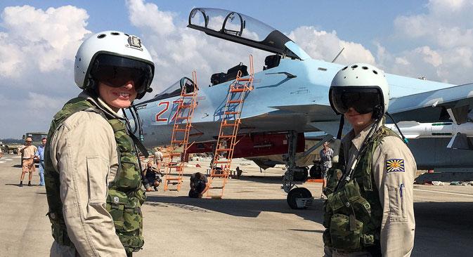 Deux pilotes russes s'apprêtent à monter à bord d'un SU-30 sur l'aérodrome de Hmeimim, en Syrie.