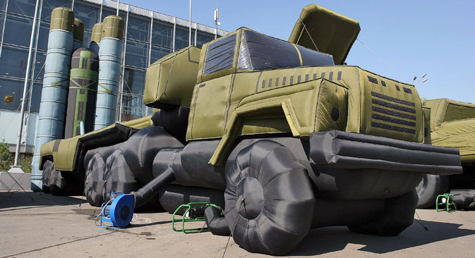 The maquette of a 5P85TM launcher on semi-trailer on display at the International Defense Exhibition of Land Forces, IDELF-2006, at the All-Russian Exhibition Centre