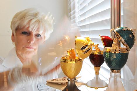 Diane Murie limpia tres huevos de Fabergé, con precios que oscilan entre los 15.000 y 18.000 dólares. Petenecían a Robert Mander y se subastarán este miércoles.