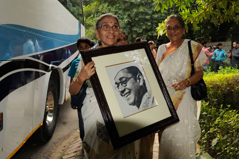 Family members carry a portrait of Netaji Subhash Chandra Bose on their way to meet Prime Minister Narendra Modi on October 14, 2015 in New Delhi.