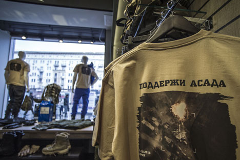 """Seit vergangener Woche liegen in den Schaufenstern der """"Armija Rossii""""-Läden T-Shirts mit dem Schriftzug """"Unterstütze Assad""""."""