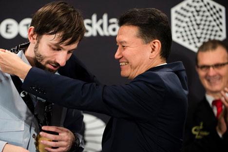 Alexander Grischuk reçoit la médaille d'or des mains du président de la Fédération internationale des échecs, Kirsan Ilyumzhinov.