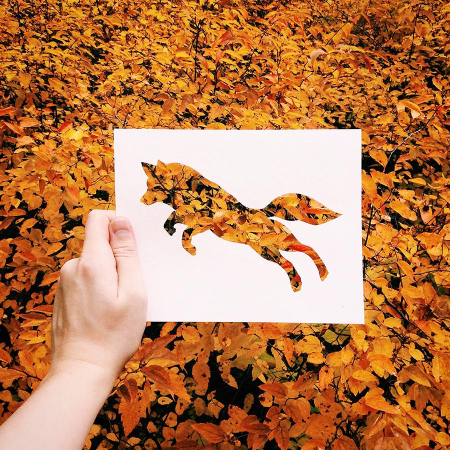 蝶や飛び跳ねるキツネのステンシルを手に取り、ぴったりの背景を探して見て回る。彼は鉛筆の代わりに自然の質感、パターンや色彩を利用している。