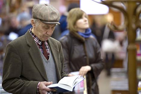 Un retraité dans une librairie.