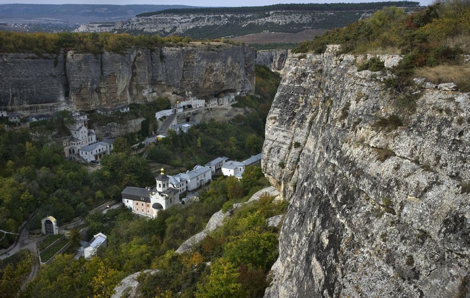 Das Uspenski-Kloster im Bezirk Bachtschyssaraj auf der Krim ist teilweise in die umliegenden Felsen geschlagen worden.