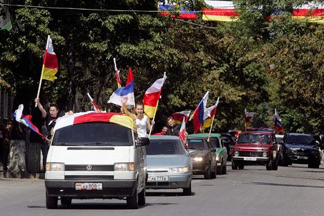 Residentes locales celebran el primer aniversario de la declaración de independencia de Osetia del Sur.