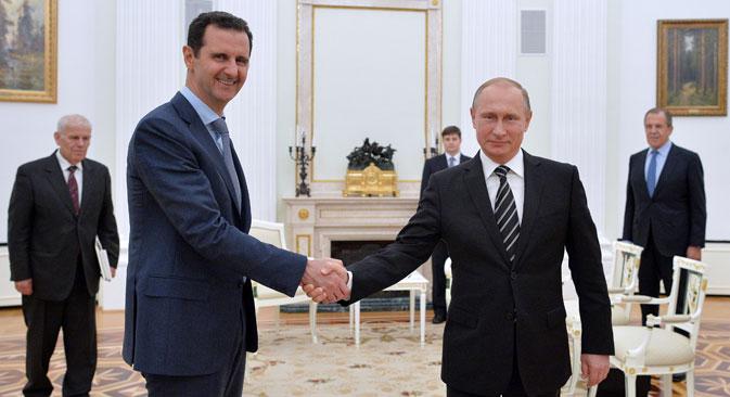Stretta di mano tra il Presidente russo Vladimir Putin, a destra, e il leader siriano Bashar al Assad