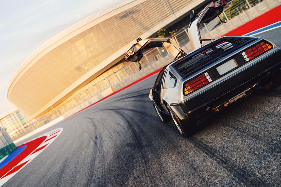 """Das Auto DeLorean DMC-12 auf der Rennstrecke in Sotschi. Die Fans des Films """"Zurück in die Zukunft"""" feierten den 21. Oktober 2015, weil dies der Tag ist, an dem die Helden im Film mit einer Zeitmaschine in der Zukunft ankommen."""