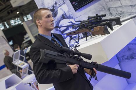"Wakil perusahaan Rostech memegang senapan penembak jitu ""Vykhlop"" di Pameran Internasional Keamanan Negara ""Interpolitech 2015""."