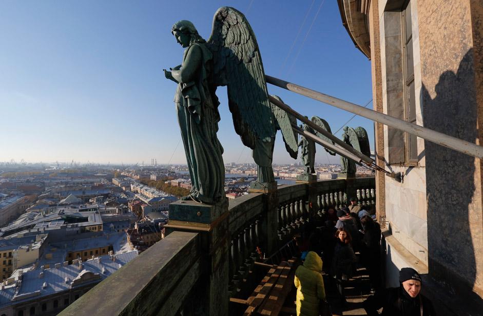 Балюстрадата с ангели на Исакиевския събор в Санкт Петербург. След 5-годишна реставрация 24 скулптури се върнаха на своите плинтове на височина 63 м над земята.