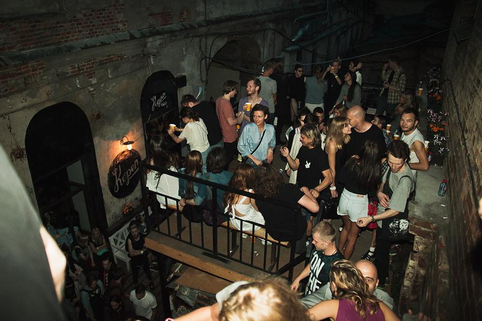Най-добрите барове в Русия? Безплатно караоке? Специални местни коктейли? Улици, създадени за турове из баровете? Истината е, че тук е шумно, а на съмване се оказвате със стотици руски приятели и адско главоболие.