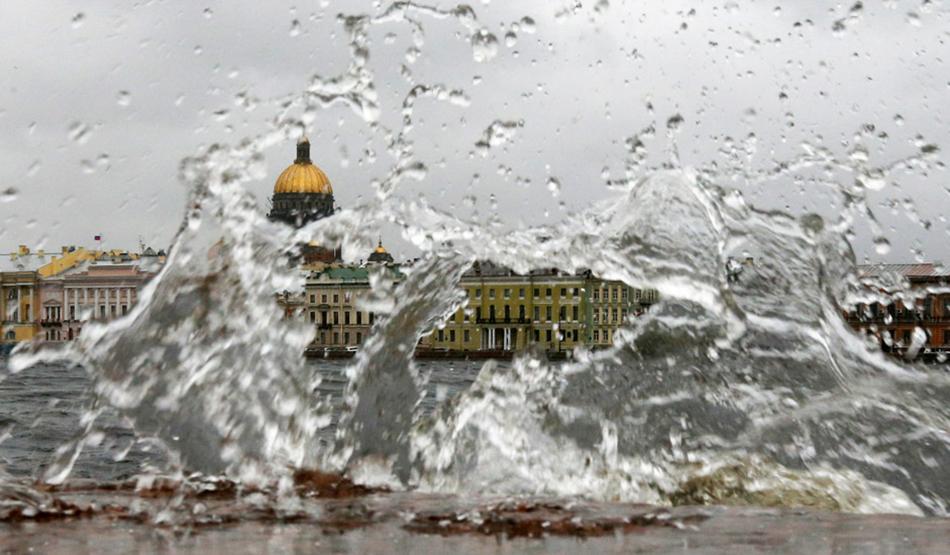 """Вода, реки, канали. Разпръснат на над 40 острова, Санкт Петербург не случайно е известен като """"Северната Венеция"""". Гаджето ви със сигурност ще се зарадва на романтична разходка с лодка из града. Най-ужасният кошмар."""
