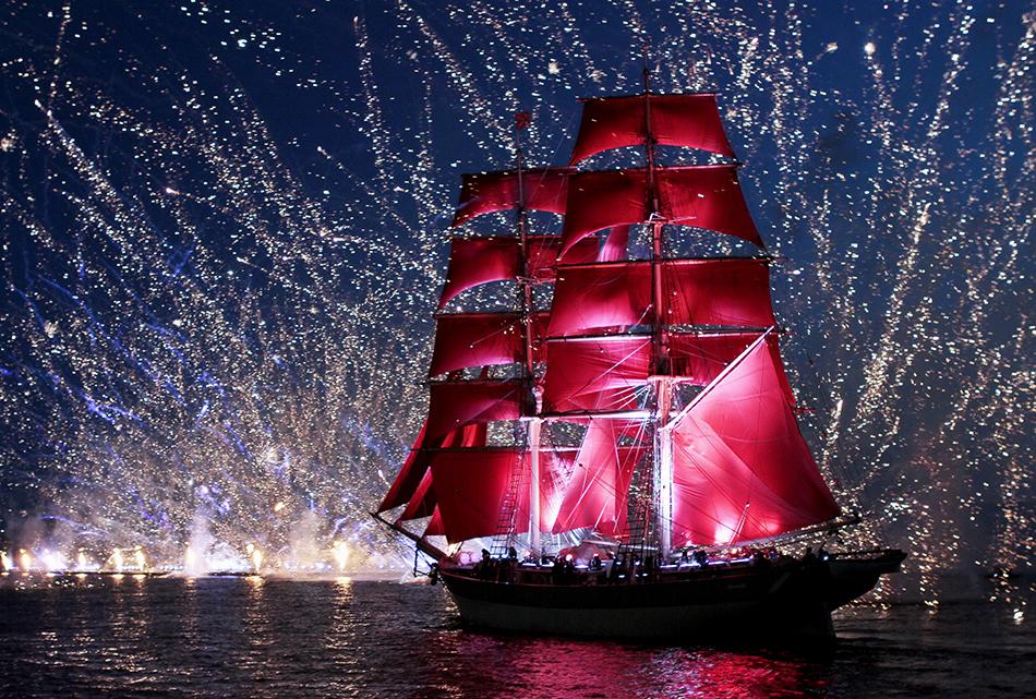 """Най-прочутият фестивал в Санкт Петербург се нарича """"Алените платна"""". Той е изключително популярен заради зрелищните фойерверки, безбройните концерти и водни представления. Има истински кораб – фрегатата """"Стандарт"""" с червени платна, който плава по р. Нева. Един милион посетители? Не."""
