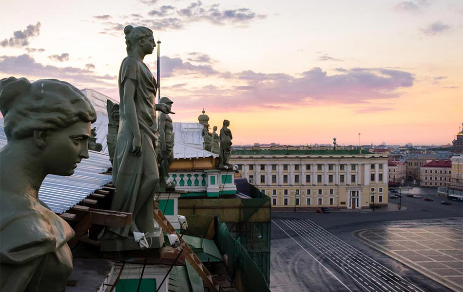 Вечери, романтични залези, гледки от покрива… Внимавайте да не паднете.