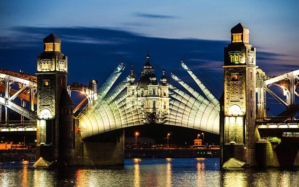 夜になると橋が跳ね上げられ、文明や宿泊先のホテルから切り離されてしまう。