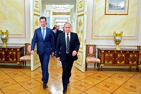 Il Presidente russo Vladimir Putin, a destra, insieme al Presidente siriano Bashar Assad al Cremlino