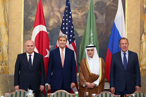 Il ministro turco degli Esteri Feridun Sinirlioglu, il segretario di Stato USA John Kerry, il ministro degli Esteri di Arabia Saudita Adel al-Jubeir e il ministro russo degli Esteri Sergei Lavrov durante il loro faccia a faccia a Vienna