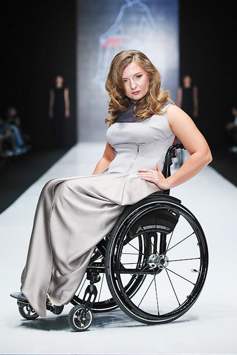 """Дизайнерът Дарина Глушкова, която работи по проекта, споделя: """"Инвалидната количка не бива да променя живота по никакъв начин, освен по начина, по който хората се придвижват. Ако аз бях в инвалидна количка, пак щях да искам да общувам с хората активно, да съм привлекателна за мъжете, да се радвам на живота и да продължа да правя нещата, които обичам""""."""