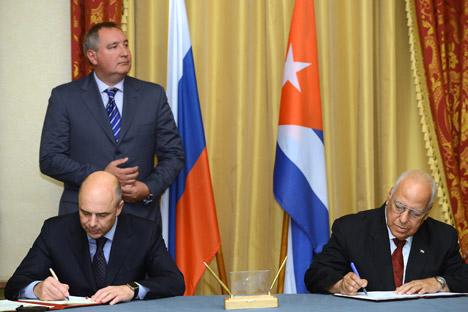 Rogózin (esq. ao fundo) participou de reunião bilateral para celebração do acordo
