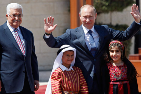 Vladímir Putin con Mahmud Abás, presidente de la Autoridad Nacional Palestina, en Belén durante una vista en junio del 2012, junto a niños con trajes tradicionales palestinos.