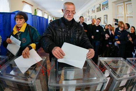 Ucranianos durante votação em Kiev no domingo (25)
